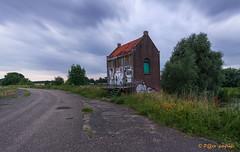 Gemaal (www.petje-fotografie.nl) Tags: grafitti huisje gemaal bemmel lingewaard defensiedijk bemmelerwaard