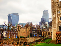 The Walkie Talkie from The Tower of London (photphobia) Tags: tower toweroflondon london castle castillo fortress city oldwivestale cityoflondon outdoor architecture buildings building buildingsarebeautiful leadenhallbuilding walkietalkie tower42