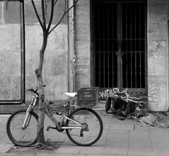 BICI CON CARREOLA (ISIDRO MANZANO M.) Tags: street baby bicycle calle puerta gate box accident stroller transport bicicleta caja chain beb accidente porte tor rue verkehr fahrrad bb kinderwagen vlo transporte chained bote cadena unfall kette poussette encadenado chane gefesselt strase carreola enchane