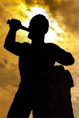 Hombre forjando engranaje. (ivalvarezphoto) Tags: plaza macro contraluz atardecer monumento estatua monterrey hombre engranaje forjando frojar