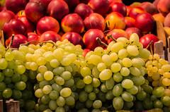 Grapes and nectarines (Robert Krner) Tags: italien venice fruits vegetables italia market mercado markt venezia venedig trauben italiy obst nektarinen