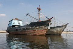 Pinisi (tmeallen) Tags: seascape indonesia wooden harbour cargoships reflected jakarta colourful sundakelapa anchored pinisi traditionaldesign caraveldesign