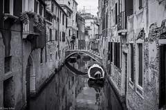 piccolo canale fra le vecchie case (zora_schaf) Tags: reflection spiegelung piccolocanale kanal venezia venedig venice schwarzweiss blackandwhite sw grau kleinerkanal boote wasser water zoraschaf huser fassade italien italy venezien