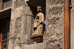 Madonna and child ornamenting a building | Le-Puy-en-Velay-1 (Paul Dykes) Tags: virginmary jesuschrist madonnaandchild building statue child madonna france auvergne lepuy lepuyenvelay city ville pelerinage pilgrimage santiagodecompostella hauteloire