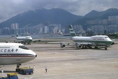 Hong Kong Kai Tak -1994. (Longreach - Jonathan McDonnell) Tags: fuji scan boeing 1994 boeing747 1990s 747 kaitak cathaypacific nikoncoolscanved 747300 scanfromaslide vhhh 747367 b163 892000x