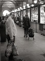 La spesa al Salone (r_evolution63) Tags: street people bw italy man monochrome look grey lights monocromo blackwhite eyecontact europa europe strada italia grigio gente market sony perspective streetphotography streetlife bn persone sguardo uomo salone shops luci persons mercato glance bianconero compact padova prospettiva padua spesa veneto shoping negozi occhiata dscw7 palazzodellaragione provinciadipadova