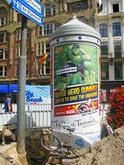 Peperbus (streamer020nl) Tags: amsterdam 2016 260716 holland nederland paysbas niederlande netherlands centrum citycentre superherosummer peperbus affiche reclame poster plakat rokin madame tussauds heroes hulk marvel appie ah fiets bike scheltema