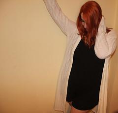 IMG_2538 (Inspiracin dormida) Tags: girl redhair orange hair book pelirroja pelinaranja libro flores black