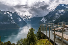 Geirangerfjord Viewpoint (Markus Trienke) Tags: norwegen sommer urlaub geirangerfjord geirangerfjorden hellesylt canon eos 70d water fjord clouds cloud summer norway bench viewpoint landscape mountain mountains geiranger mreogromsdal