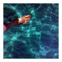 Un pied dans l'eau si claire (C Kindineco) Tags: blue sea mer eau lumire bleu pied transparence mditerrane jambe orteil