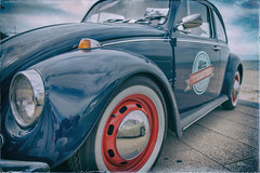 Je suis l !!!! (Des.Nam) Tags: couleur color vintage voiture vw volkswagen coccinelle bleu rouge autoportrait reflet reflets desnam d800 dunkerque malolesbains seacoxsun 2470f28 plage wonderfulworld