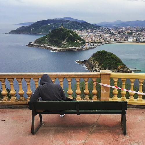 Muy interesante tiene que estar ese libro para no quedarse embobado con las vistas de #Donostia...