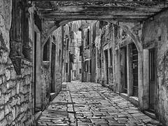 Vicolo a Rovigno. (sangiopanza2000) Tags: rovigno istria croazia croatia viaggio travel sangiopanza vicolo alley biancoenero bn bw pavimentazione portico porte finestre windows doors