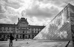 En passant voir JR au Louvre (Jack_from_Paris) Tags: l2000171bw leica m type 240 10770 leicasummicronm35mmf2asph 11879 dng mode lightroom capture nx2 rangefinder tlmtrique bw noiretblanc monochrom wide angle paris cour du louvre pyramide jr juxtaposition selfie autoportrait