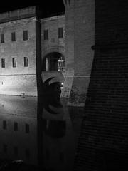 Ferrara_116_1718 (Dubliner_900) Tags: olympus omdem5markii mzuikodigital17mm118 micro43 ferrara emiliaromagna bw biancoenero monochrome notturno nightshot riflessi reflections