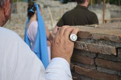 manrovescio pericoloso (Il cantore) Tags: mano hand anello ring cerchio circle bianco white muro wall mattoni bricks dof dietro back