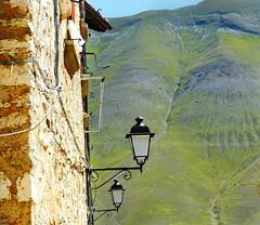 Lampioni e Monti Sibillini (giovanni tiezzi) Tags: italia umbria norcia montagna verde panorama lampion iitaly green mountain streetlights landscape lampioni