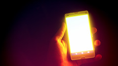 show light luz me mobile hand sony smartphone celular... (Photo: ricdovalle on Flickr)