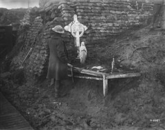 A Canadian at the graveside of a comrade killed during the 1915 Second Battle of Ypres, November 1917 / Un Canadien près de la tombe d'un camarade tué au cours de la deuxième bataille d'Ypres (1915), en novembre 1917 (BiblioArchives / LibraryArchives) Tags: canada soldier belgium belgique wwi lac worldwarone comrade firstworldwar soldat ypres bac tombe flandersfields fww graveside johnmccrae libraryandarchivescanada departmentofnationaldefence comarade november1917 bilbiothèqueetarchivescanada ministèredeladéfensenationale novembre1917 thesecondbattleofypres ladeuxièmebatailledypres