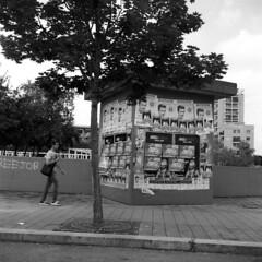 Milano (Valt3r Rav3ra - DEVOted!) Tags: rolleiflex tlr analogico film ilforddelta400 120 6x6 medioformato milano streetphotography street valt3r valterravera visioniurbane urbanvisions milanobicocca persone people