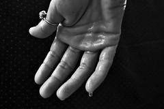 CIO' CHE IRRITA FA SUDARE-mano- iperidrosi (Barbara Bonanno BNNRRB) Tags: mano hand sudore ghiandole termostatoipotalamo errataprogrammazionegenetica paura ansia eccitazione disagialtrui bugie disonest madida manosudata calore sbalzitermici