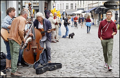 different priorities... (E-PIC Photography by Johan Pape) Tags: gent gandt belgium belgie dutchphotographers street streetartists band music city citylife scene people musician