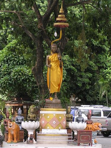 1174 - statue en bronze d'un moine avec un parapluie dans la cour du temple du Ganesh rose à Chiang Maï
