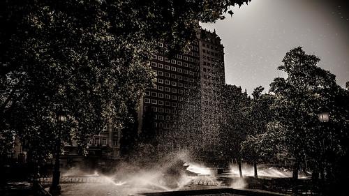 Lloviendo desde abajo en la Plaza de España de Madrid