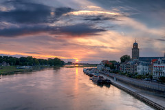 De IJssel (Hans van Bockel) Tags: photomatix nikon d7200 1680mm hdr raw nef photoshop deventer ijssel rivier zonsondergang zomer water stad city stadsfront lebuinus welle spoorbrug boten wolken