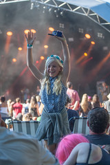 2016_ChrisStanbury_Sunday (9) (Larmer Tree) Tags: family hands child sunday mainstage 2016 handsintheair mainlawn chrisstanbury