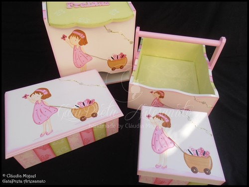 """Fraldário, cesta, caixa de recordações de bebé e caixa para ganchinhos """"Apanhando Borboletas"""""""