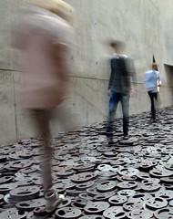 DSC_2622_1822 Berlino_Museo ebraico (silviasalvi) Tags: longexposure people motion blur berlin germany libeskind jdischesmuseum mosso berlino museoebraico silviasalvi