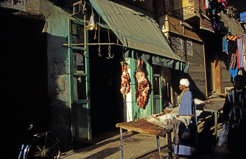 "Ägypten 1999 (228)) Theben West: Im Souk eines Dorfes • <a style=""font-size:0.8em;"" href=""http://www.flickr.com/photos/69570948@N04/27580440934/"" target=""_blank"">View on Flickr</a>"