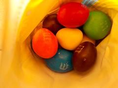 m&m`s de cacahuate (Xic Eseyosoyese (Juan Antonio)) Tags: mms cacahuate chocolate mani cacao cocoa mars dulces en su bolsa vista por arriba m mxico usa nikon coolpix s33
