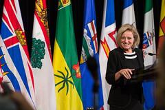Premier Notley speaks to media / la première ministre Notley parle aux médias