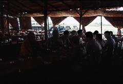 Ägypten 1999 (281) Luxor (Rüdiger Stehn) Tags: afrika ägypten egypt nordafrika 1999 winter urlaub dia analogfilm scan slide 1990er 1990s oberägypten südägypten aṣṣaʿīd diapositivfilm analog kbfilm kleinbild canoscan8800f canoneos500n 35mm luxor misr مصر menschen leute restaurant wasser nil الأقصر aluqṣur reise reisefoto