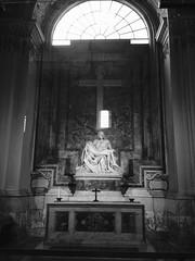 Rome: St. Peter's Basilica - Michelangelo's Piet (escriteur) Tags: img1096 rome roma saintpetersbasilica stpetersbasilica basilicadisanpietro vaticancity michelangelo piet pieta madonna christ