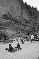 Tropea, Italy (OQ62) Tags: contax g2 kodak tmax 100 contaxg2 kodaktmax100 italy italia blackandwhite mare beach 35mm epsonv700 film analog tropea calabria