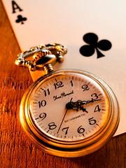 NOW IT IS THE GOOD TIME (David Cucalón) Tags: old stilllife macro cards golden watch olympus cartas clover dorado goodluck bodegon fineartphotography naturalezamuerta 2015 buenasuerte treboles cucalon relojantiguo asdepicas davidcucalon
