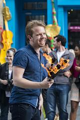Jongleur de feu sur le Royal Mile à Édimbourg