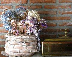 El fondo del autorretrato (Micheo) Tags: cesta cesto basket driedflowers hydrangeas hortensias caja box vintage casablanca