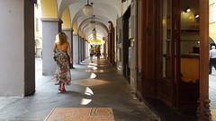 Sabato in carrugio ... (Augusta Onida) Tags: street italy woman reflection mirror donna italia walk liguria via vicolo chiavari specchio riflesso camminare passeggiare carrugio