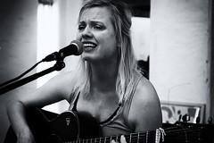 Tini in schwarz wei (SmoHoHo) Tags: frau sngerin gitarre mikrofon portrait schwarzweis sonya58 sal1650