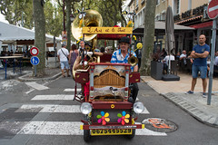 On the feast of Cassoulet in the town of Castelnaudary I found this pair of musicians (look at the video on youtube) (agustiam) Tags: singer cassoulet castelnaudary lavueenrose music oldcar