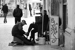 Shoes Shine Man (Poo's Photography) Tags: life bw men shoes place lisboa daily nb figueiras hommes vie chaussures lisbonne rossio plaa quotidienne cireur shoeshineman
