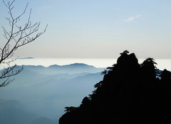 Huangshan Mountains - Silhouette - China (Rogg4n) Tags: china travel mist mountains tree art nature silhouette misty pine painting landscape still asia quiet traditional hill foggy calm unesco mount sumit 中国 黄山 iconic province chine huangshan anhui mounts cretes sonydscwx300 yellowmounts