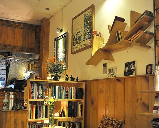 Với tông màu chủ đạo là gỗ, Chiêu cafe sách là địa chỉ cho những không gian tuyệt đối yên tĩnh