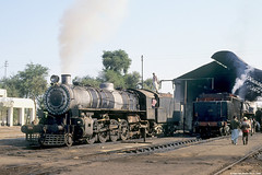 Pakistan Railways - CWD 5728, 20-11-1990 (Paul van Baarle) Tags: travel pakistan transport shed eisenbahn railway steam transportation depot pr locomotive loc punjab railways spoorwegen dampflok ferrocarril ferrovia stoom mlw cwd 282 dampf locomotief 5728 broadgauge khanewal locoshed 5590 pakistanrailways lokomotief montreallocomotiveworks stoomloc breitspur breedspoor candadianwardepartment
