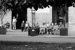 ITALIE, sicile, sciacca (Bruno Cochet) Tags: street monochrome de photography italia noir maison et blanc papy sicilia papi vieux trottoir gossip retraite vieillard palabre