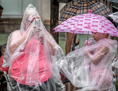 Bonne chance ! (maoby) Tags: rouge chance rue street ville nikon d500 tokina 50135mm pluie rain iphone photo